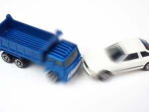 トラック事故 トラックと車の激突